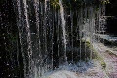 Waterdruppeltjes in waterval stock foto's