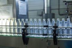 Waterfabriek - Water bottellijn voor verwerking en bottelend zuiver bronwater in kleine flessen stock afbeelding