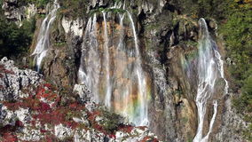 Waterfal i Plitvice sjönationalpark i Kroatien stock video