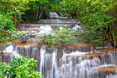 Waterfall in deep rain forest jungle (Huay Mae Kamin Waterfall i Stock Photography
