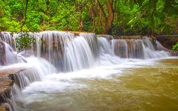 Waterfall in deep rain forest jungle (Huay Mae Kamin Waterfall i Royalty Free Stock Image