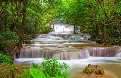 Waterfall in deep rain forest jungle (Huay Mae Kamin Waterfall i Royalty Free Stock Photos
