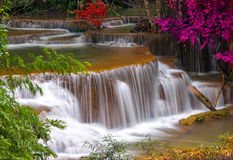 Waterfall in deep rain forest jungle (Huay Mae Kamin Waterfall i Royalty Free Stock Photography