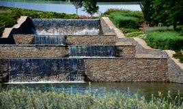 Waterfallin artificial el parque delante de la arena de Donbass en Donetsk imagen de archivo libre de regalías