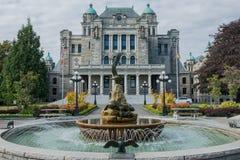 Waterfontein bij de rug van het Britse de Wetgevende machtgebouw van Colombia in Victoria British Columbia Canada stock afbeelding