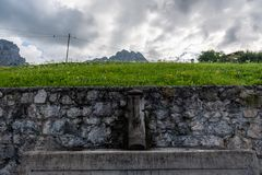 Waterfontein in het Italiaanse Dolomiet royalty-vrije stock afbeelding