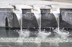 Waterfontein met concrete betonmolens en roestvrij staalkanalen royalty-vrije stock afbeeldingen
