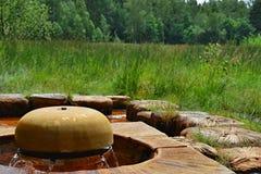 Waterfontein met waterbundels van een aangetast metaal op a worden gemaakt die Stock Foto's