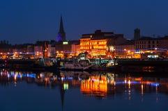 Waterford, Ирландию Панорамный взгляд городского пейзажа на ноче Стоковое Изображение RF
