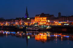 Waterford Irland Panoramautsikt av en cityscape på natten Royaltyfri Bild
