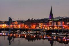 Waterford Irland Panoramautsikt av en cityscape på natten Royaltyfri Foto