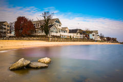 Waterfront houses and rocks in the Chesapeake Bay, North Beach, Royalty Free Stock Photos