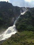 Waterful potente nelle alpi di Stubai fotografia stock
