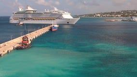 Watergebied van zeehaven en cruisevoering Bridgetown, Barbados stock videobeelden