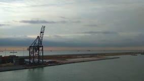 Watergebied van zeehaven en meertros met kraan Barcelona, Spanje stock videobeelden