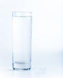Waterglas en pillen Stock Foto