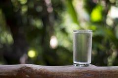 Waterglas op houten Royalty-vrije Stock Foto
