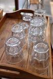 Waterglazen op houten dienblad bij koffie worden gestapeld die Royalty-vrije Stock Foto