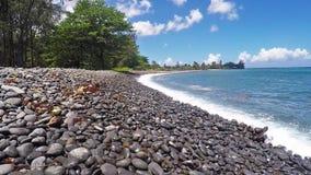 Watergolven die bij strand in lage hoek breken stock video