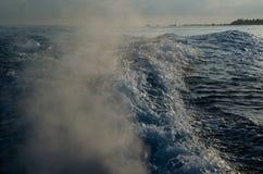 Watergolven door boot worden gemaakt die Stock Afbeeldingen