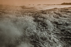 Watergolven door boot worden gemaakt die Stock Foto