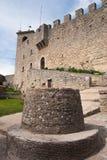 Waterhole con la torre di Guaita a San Marino fotografie stock