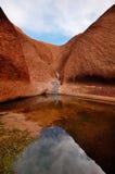 Waterhole an der Unterseite von Uluru Lizenzfreie Stockbilder