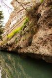 Waterkanaal in Alcala del Jucar stock afbeeldingen