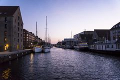 Waterkanaal in Christianshavn bij nacht, Kopenhagen, Denemarken stock afbeeldingen