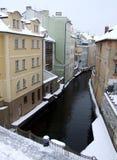Waterkanaal in de winter Praag Stock Foto's