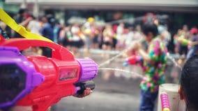 Waterkanon in Songkran-festival stock afbeeldingen