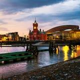 Waterkant bij nacht in Cardiff, het UK stock fotografie