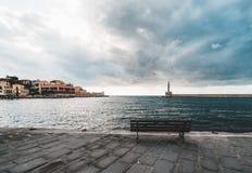Waterkant en Vuurtoren van de panorama de de Venetiaanse haven in oude haven van Chania bij zonsondergang, Kreta, Griekenland Royalty-vrije Stock Afbeelding