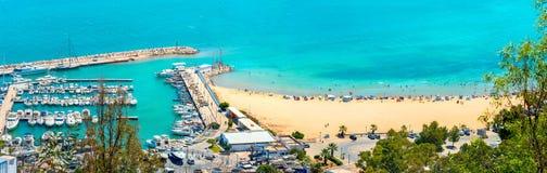 Waterkant met jachthaven en strand in toevluchtstad Sidi Bou Said T Royalty-vrije Stock Fotografie