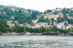 Waterkant van de villa's van Istanboel op Bosporus royalty-vrije stock foto