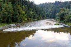 Waterkering op de rivier Stock Foto's