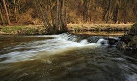 Waterkering op de rivier Royalty-vrije Stock Foto