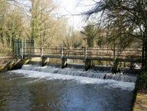 Waterkering op de Rivier Colne in Rickmansworth Aquadrome royalty-vrije stock afbeelding