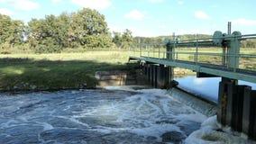 Waterkering op Havel-rivierkanaal in Brandenburg Duitsland stock footage