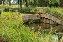Waterkering op het Damme-Kanaal stock fotografie