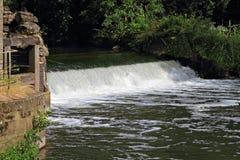 Waterkering op kleine rivier Stock Fotografie