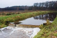 Waterkering in rivier Stock Afbeelding