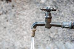 Waterkraan in het Italiaanse Dolomiet stock foto