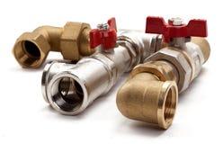 Waterkraan met een thermostaat en een verbinding aan de pijpleiding stock foto