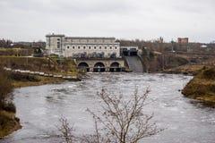 Waterkrachtcentrale en platina op de rivier Narva Stock Afbeeldingen