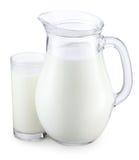 Waterkruik en glas melk Stock Afbeelding