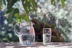 Waterkruik en Glas Water Stock Fotografie