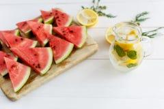 Waterkruik limonade en plakken van watermeloen Royalty-vrije Stock Fotografie