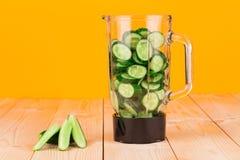 Waterkruik met komkommers Royalty-vrije Stock Afbeeldingen