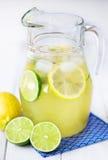 Waterkruik met limonade Royalty-vrije Stock Foto